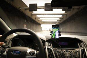 Utiliser un support de téléphone en voiture pour vous concentrer sur la route